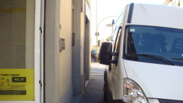 Un camion parcheggiato sul marciapiede impedisce il transito dei pedoni