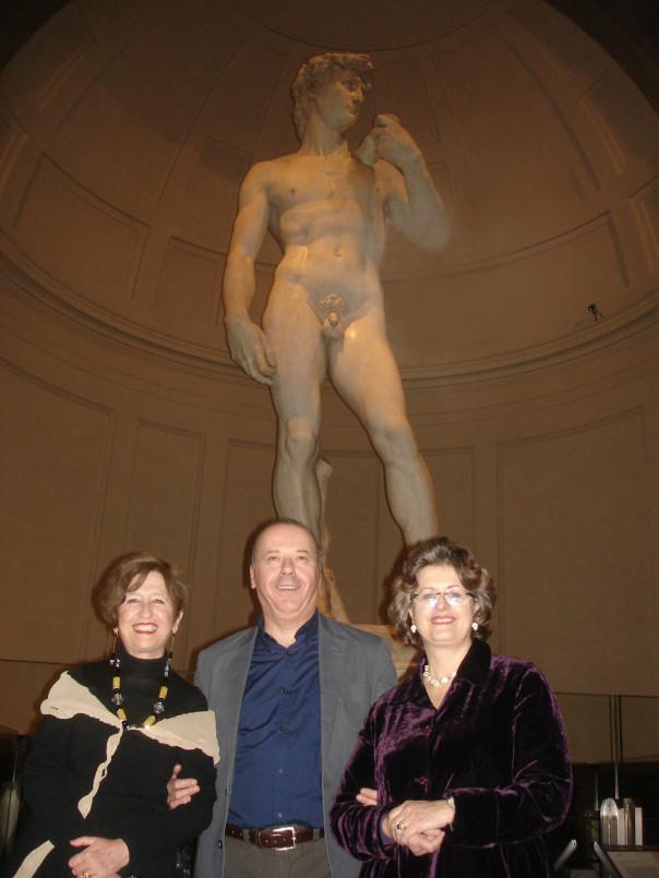 """Da sinistra: Franca Falletti, Angelo Tartuferi, Cristina Acdini fotografati davanti al """"David"""" di Michelangelo"""