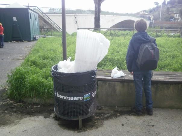 I cestini, all'interno dei giardini del Lungarno, risultano stracolmi di immondizia