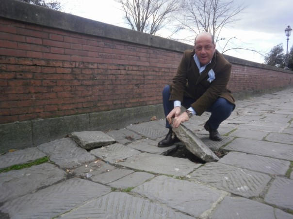 La pavimentazione presenta notevoli criticità, come fa notare il consigliere Locchi (nella foto)