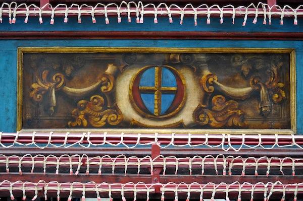 Il simbolo del quartiere di Santa Croce allestito per lo Scoppio del Carro nel giorno di Pasqua
