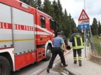 L'intervento dei vigili del fuoco ha permesso di circoscrivere in fretta il rogo