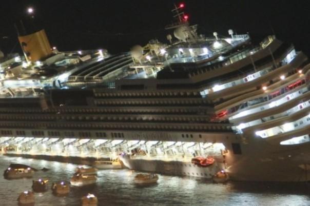 La fuga dei passeggeri dalla Concordia che stava affondando