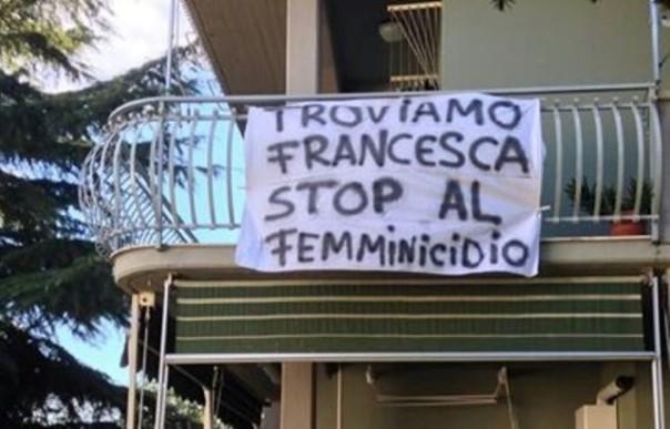 Striscioni esposti ai balconi di Gavorrano nell'ambito delle ricerche di Francesca Benetti