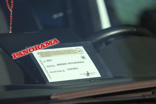 L'autorizzazione «servizio istituzionale» sul cruscotto dell'auto