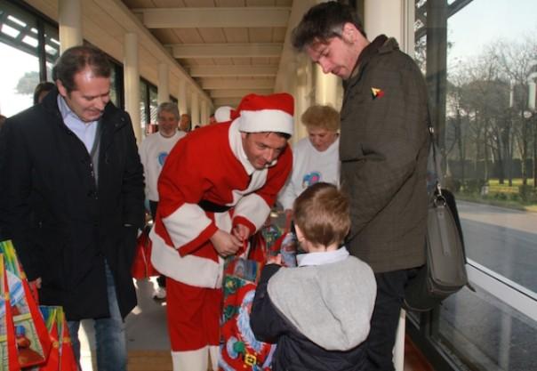 Renzi porta i regali ai bambini del meyer - Babbo natale porta i regali ai bambini ...