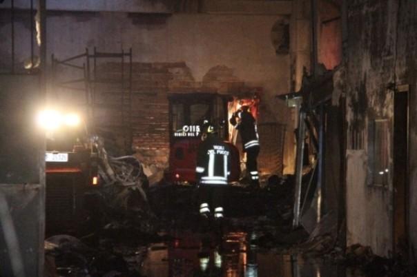 Un'immagine dell'interno del capannone bruciato con i loculi in cartongesso crollati