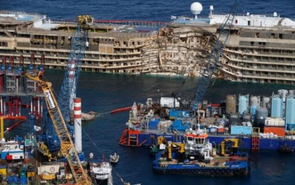 I lavori attorno alla Concordia per farla tornare a galleggiare