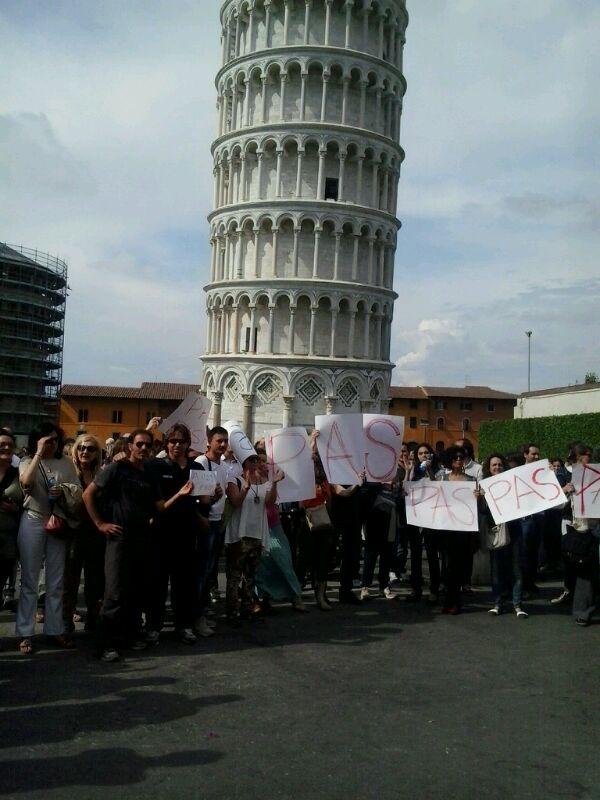 La rabbia dei professori davanti alla torre di Pisa