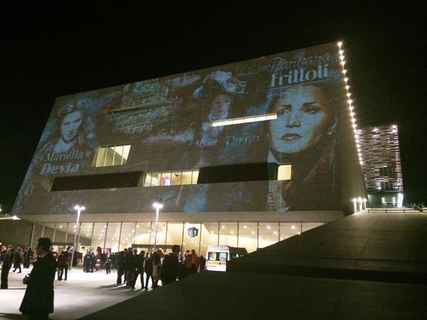 Il nuovo teatro dell'opera di Firenze nella serata di inaugurazione, sabato 10 maggio