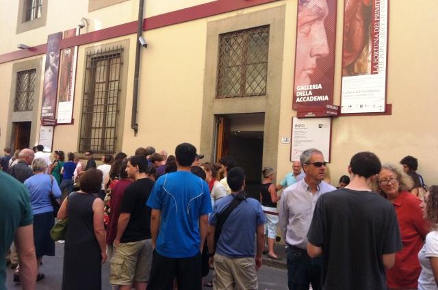 Turisti in coda davanti alla Galleria dell'Accademia, la casa del David di Michelangelo
