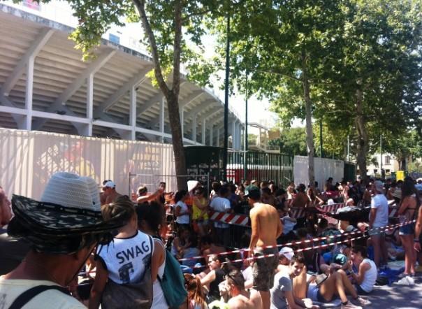 Concerto di Ligabue allo stadio, i fan in attesa davanti alla curva Fiesole in attesa di entrare