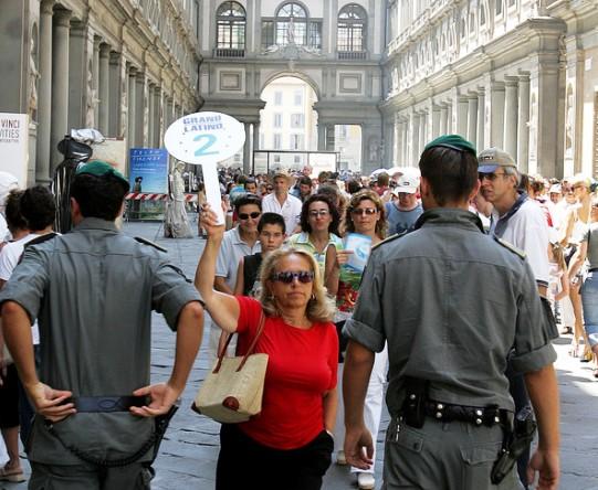 Guida Turistica che porta un gruppo alla Galleria degli Uffizi