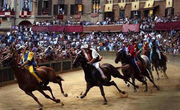 Il Palio di Siena in una foto d'archivio