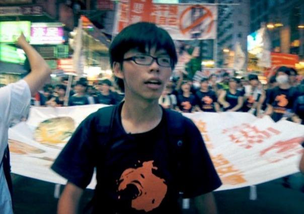 Joshua Wong alla testa di un corteo studentesco a Hong Kong