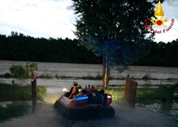 I Vigili del Fuoco in azione con un hovercraft nelle zone di Albinia