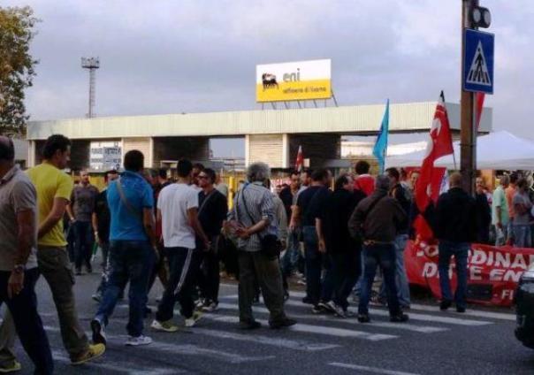 Gli operai dell'Eni di Stagno (Livorno) in presidio