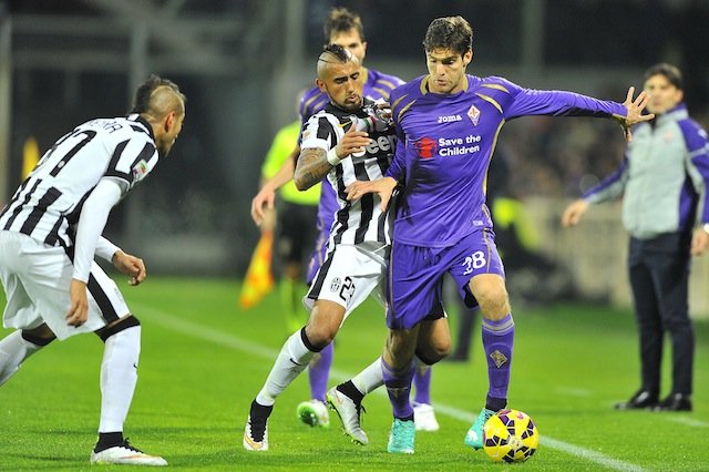 Marcos Alonso in azione in maglia viola