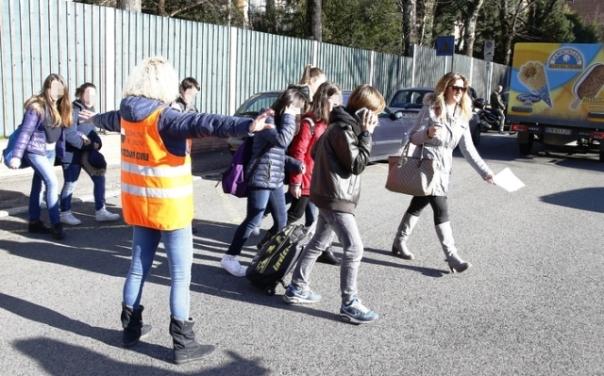 Terremoto nel Chianti: ragazzi escono da una scuola evacuata