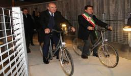 Il sindaco, Dario Nardella a una cerimonia pubblica in bicicletta