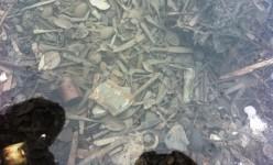 Birkenau, in una teca di vetro posate e oggetti sottratti dai nazisti ai deportati appenna arrivati al campo