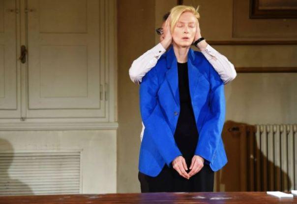 Cloakroom, la performance di Tilda Swinton alla Pergola per Pitti Uomo 2015