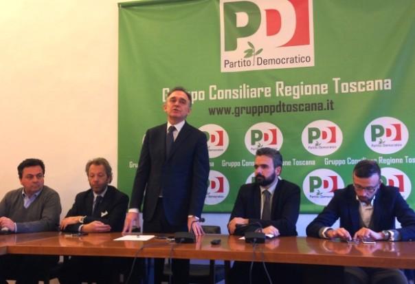 Enrico Rossi (in piedi) e Dario Parrini (a destra)