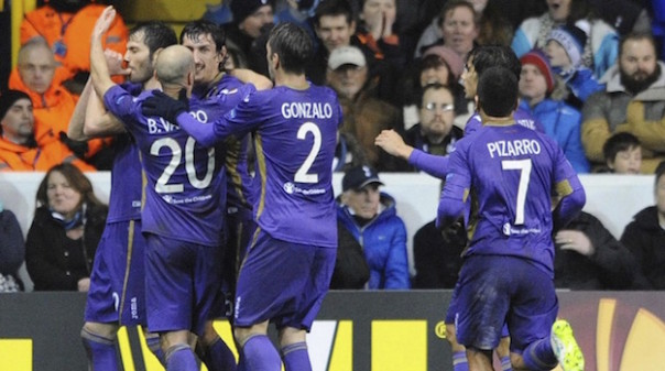 I giocatori viola esultano dopo il gol del pareggio segnato da Basanta nella partita di Londra, nell'Euroleague 2015-2016