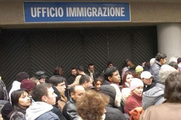 Arezzo, va in questura per rinnovare il permesso di soggiorno ma ...