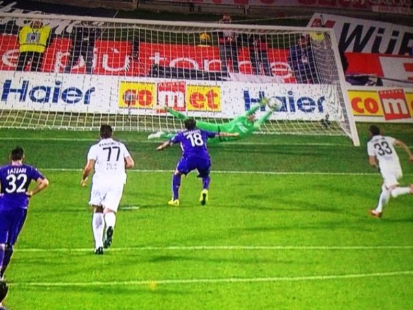 Fiorentina-Verona, Diamanti si fa parare il rigore da Rafael (foto Twitter Hellas Verona)