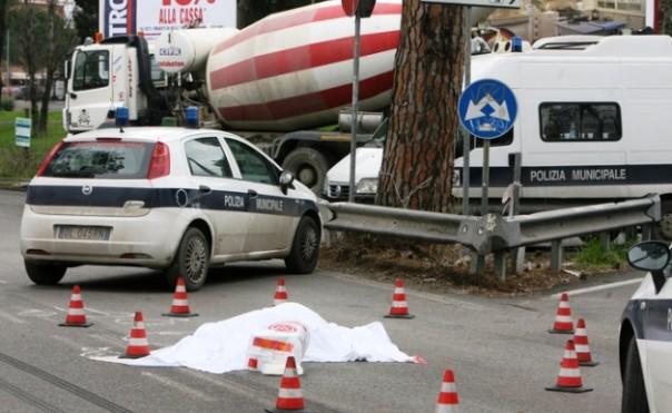 Follonica, una ciclista è morta travolta da una betoniera in manovra