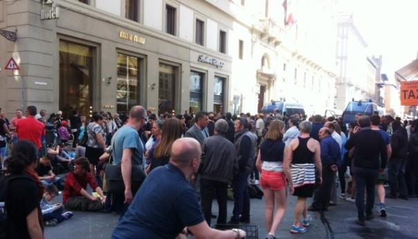 Via Roma, sit-in degli sfrattati in mezzo ai turisti