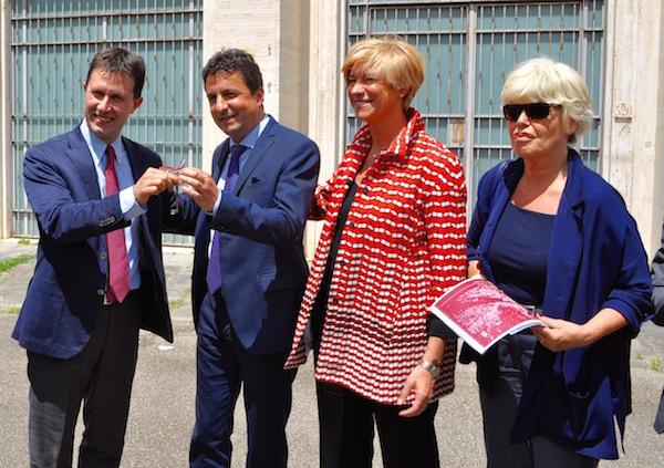 da sinistra il sindaco Dario Nardella, il direttore dell'Agenzia del Demanio Roberto Reggi, il ministro della Difesa Roberta Pinotti, l'assessore comunale Titta Meucci