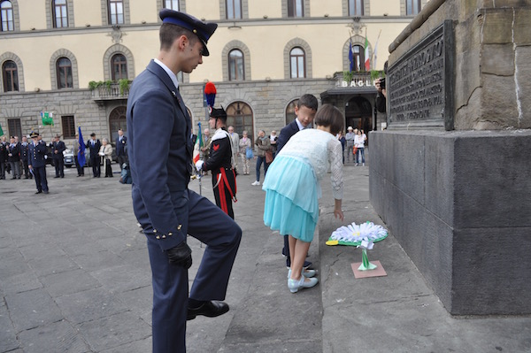 La deposizione delle stelle alpine al monumento ai Caduti a Firenze