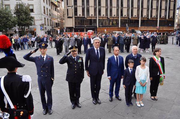 Le autorità fiorentine davanti al monumento ai caduti in piazza dell'Unità d'Italia