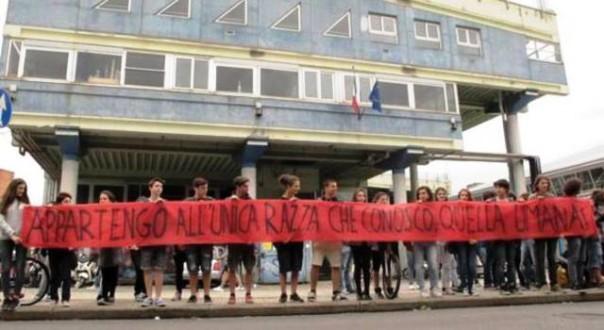 Pisa, liceo Buonarroti, lo striscione dei ragazzi per solidarietà alla studentessa senegalese vittima di razzismo