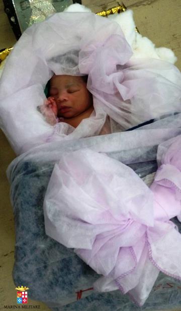La bimba nata a bordo del pattugliatore Bettica (Twitter - Marina Militare Italiana)