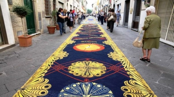 Camaiore, i tappeti di segatura (foto Industriadelturismo.it)