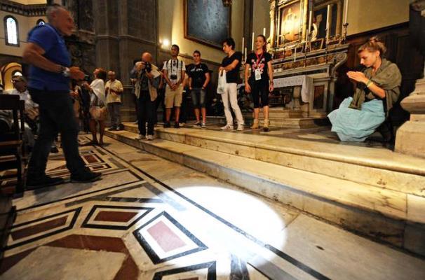 Duomo di Firenze, i raggi del sole passano attraverso lo gnomone