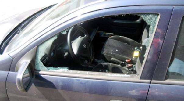 Furto in auto, finestrini rotti e abitacoli rovistati