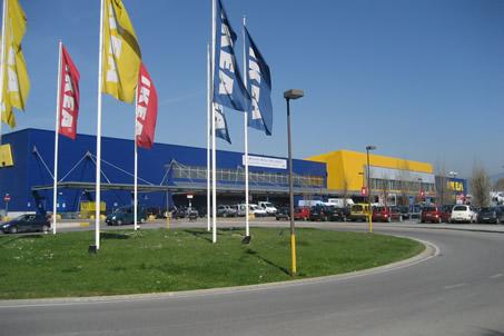 Firenze furto con spaccata all ikea ladri in fuga con il for Ikea firenze