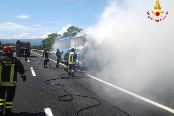 L'incendio del bus sull'A11