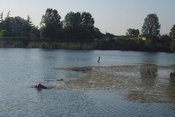 L'intervento di soccorso nel lago a Ponsacco