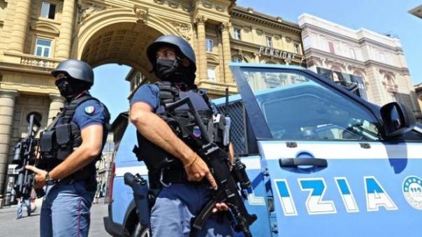 Firenze, le unità antiterrorismo della Polizia in piaza della Repubblica