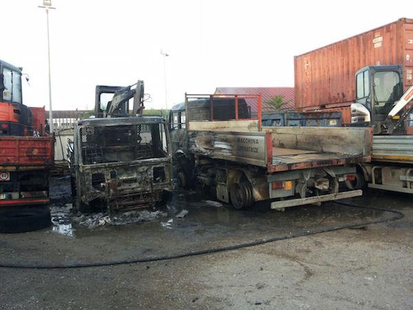 Gli automezzi incendiati in via dello Scalo a Firenze