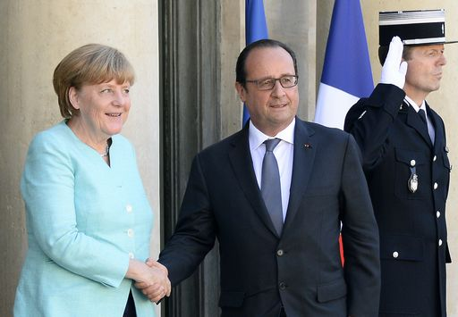 "French President Francois Hollande (C) welcomes German Chancellor Angela Merkel (L) at the Elysee Palace on June 6, 2015, in Paris.  The two leaders will hold a working dinner to ""evaluate the consequences of the referendum in Greece"" on whether to accept tough bailout conditions, Paris said in a statement.  AFP PHOTO  /  BERTRAND GUAY"
