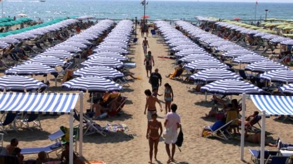 Blitz punitivo in spiaggia, turista preso a martellate