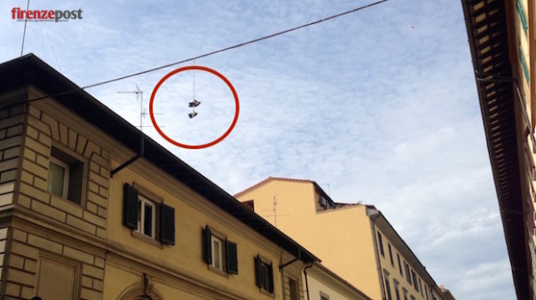 «Shoefiti» a Firenze in via di Barbano