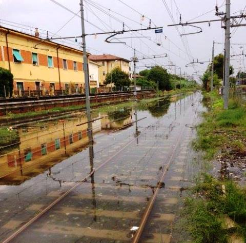 Pisa, i binari sott'acqua stamani 25 agosto (foto Facebook Maurizio Da Re)