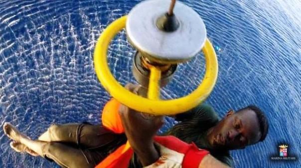 Mar Mediterraneo, un profugo tratto in salvo dalla Marina militare italiana